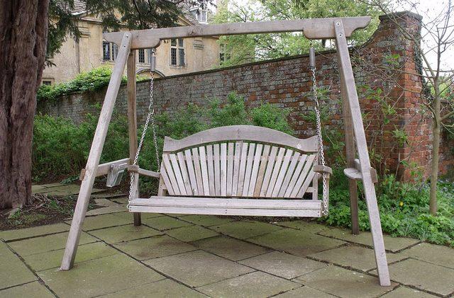 ספסל נדנדה מעץ לגינה – כשיופי והנאה נפגשים