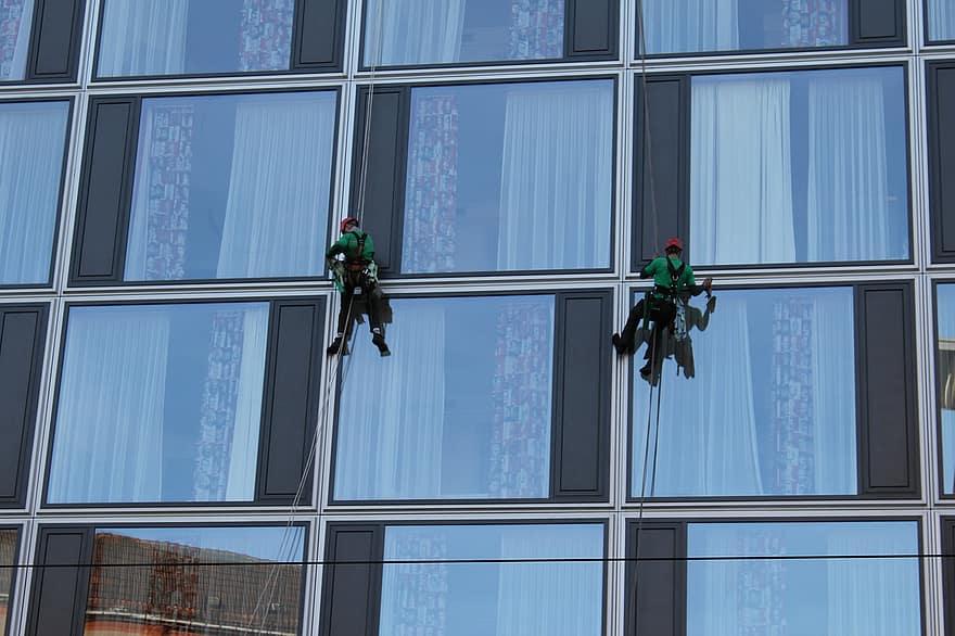 התחילו את השנה החדשה עם חלונות נקיים: 4 החלטות לביתכם